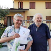 Stefano Torre e Guido Oldani mostrano il logo del Realismo Terminale